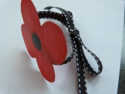 Sideview of pinless poppy wristlet